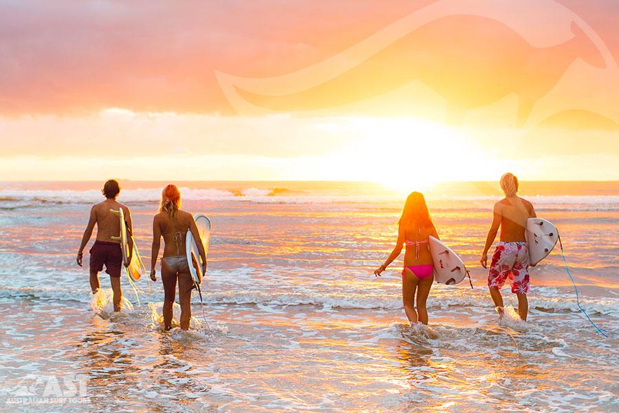 Equipe avec planche de surf