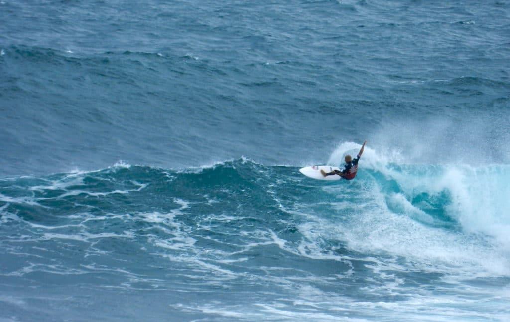 surfeur dans la vague