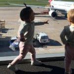 Voyager en avion avec des enfants : Conseils pour les occuper